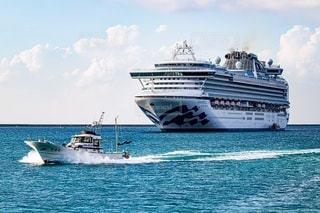 水域に浮かぶ青と白のボートの写真・画像素材[2860650]