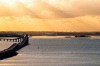 水域に沈む夕日の写真・画像素材[2860671]