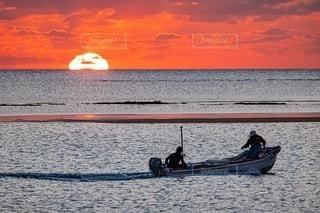 水域のボートに乗っている人々のグループの写真・画像素材[2860675]