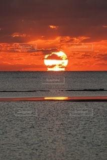 海に沈む夕日の写真・画像素材[2860678]