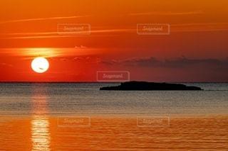 水域に沈む夕日の写真・画像素材[2860685]