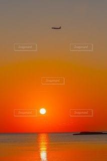 水域に沈む夕日の写真・画像素材[2860686]