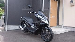建物の脇に駐車しているオートバイの写真・画像素材[2861394]