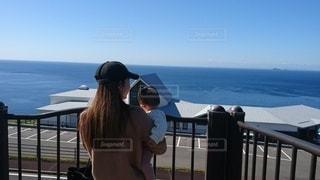 海を眺める親子連れの写真・画像素材[2861428]