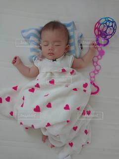 ベッドに横たわっている赤ん坊の写真・画像素材[2861433]