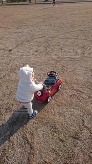 おもちゃを押す子供の写真・画像素材[2862672]