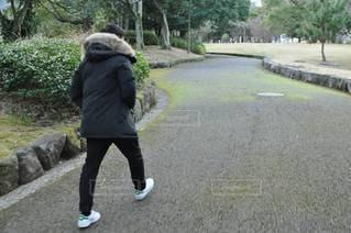 公園を散歩中の写真・画像素材[2917284]