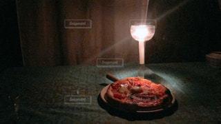 テーブルの上に座っているピザの写真・画像素材[2861083]