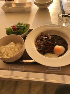 テーブルの上の皿の上の食べ物のボウルの写真・画像素材[2863173]