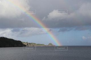 空にかかる虹の写真・画像素材[2863311]
