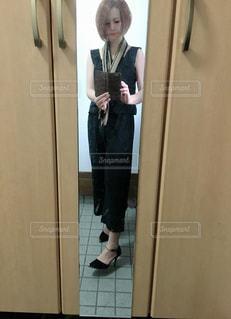 ドアの前でコーデの確認の写真・画像素材[2869472]