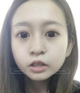 驚いた顔の少女の写真・画像素材[2869502]