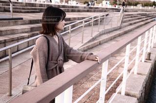 遠くを見つめる女性の写真・画像素材[2867830]
