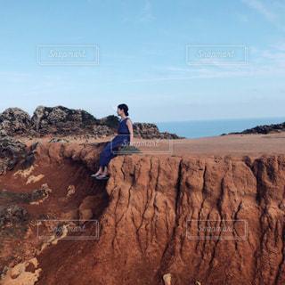 大きな岩に座る女の写真・画像素材[2867836]