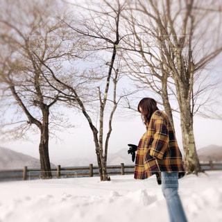 雪の中を歩いている人の写真・画像素材[2867839]
