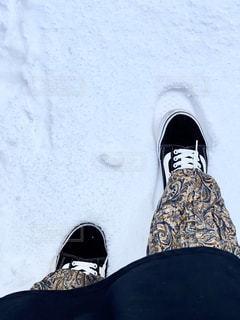 雪の中に立っている人の写真・画像素材[2944741]