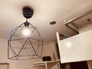 キッチンの上にあるランプの写真・画像素材[3057606]