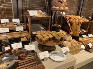ホテルビュッフェでたくさんのパンの写真・画像素材[2871421]