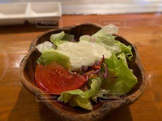 木製のテーブルの上に置かれたサラダの写真・画像素材[2872613]
