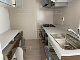 シンクと棚付きのキッチンの写真・画像素材[2872758]