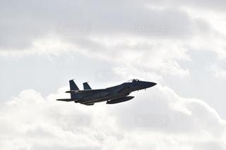 曇った空を飛んでいる戦闘機の写真・画像素材[2876102]