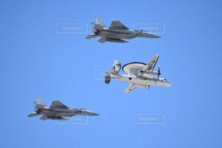 青い空を飛んでいく戦闘機の写真・画像素材[2876137]