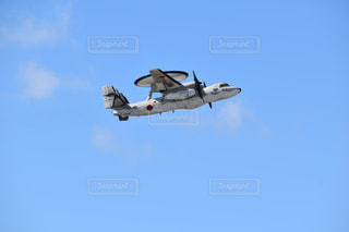 青い空を飛んでいく戦闘機の写真・画像素材[2876462]