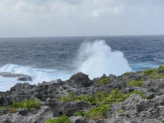 岩場と波しぶきの写真・画像素材[2879775]