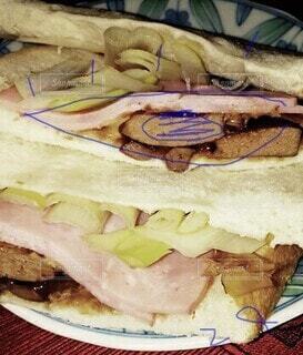 皿の上にサンドイッチとフライドポテトの写真・画像素材[3698737]