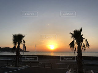 水域に沈む夕日の写真・画像素材[2869873]