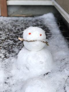 息子と作った雪だるまの写真・画像素材[2877402]