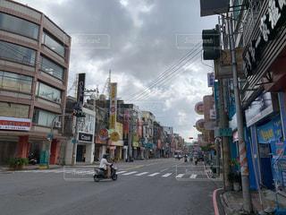 にぎやかな街通りを間近にの写真・画像素材[2872798]