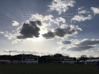 曇り雲間から差す一筋の光の写真・画像素材[2876731]
