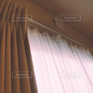 日のあたる 窓の写真・画像素材[2874357]