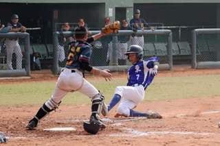 ボールでバットを振る野球選手の写真・画像素材[2930447]