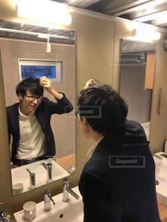 鏡の前に立つ男性の写真・画像素材[2879666]