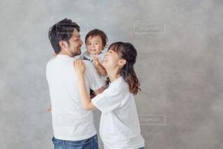 夫婦と赤ちゃんの写真・画像素材[3890645]