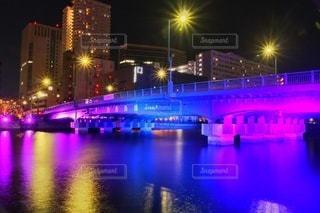 夜空の都市と水に架かる橋の写真・画像素材[2883477]