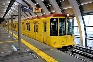 駅に引き込む黄色い列車の写真・画像素材[2900318]