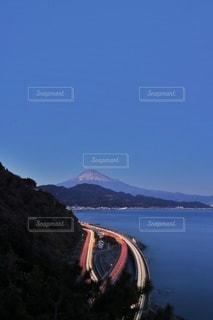 山を背景にした水域の写真・画像素材[2900379]