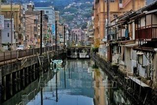都市を背景にした水に架かる橋の写真・画像素材[2918366]