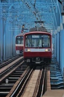 鉄骨の線路上の列車の写真・画像素材[2919805]