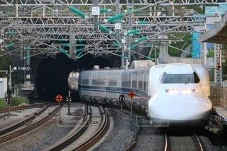 列車は建物の脇に止まっているの写真・画像素材[2921420]