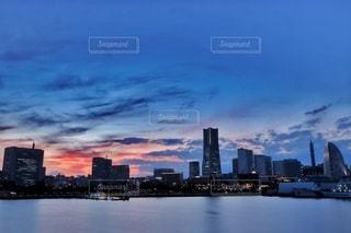 都市を背景にした大きな水域の写真・画像素材[2924734]