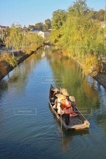 水域の隣の川の中の小さなボートの写真・画像素材[2929653]