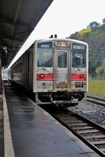 駅で止まった旅客列車の写真・画像素材[2929665]