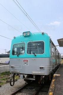 列車が道路の脇に止まっているの写真・画像素材[2952511]