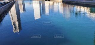 川に反射するビルの風景の写真・画像素材[2886637]