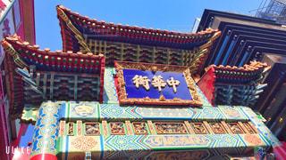 横浜中華街を背景にした部屋の大きな赤い椅子の写真・画像素材[2884541]