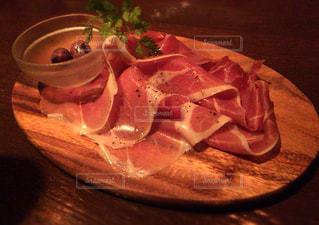 テーブルの上の食べ物の皿の写真・画像素材[2884724]